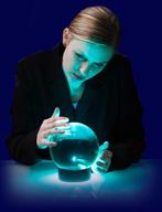 voyante avec une boule de cristal